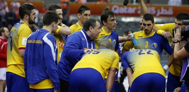 epa04565572 Bosnia's coach Dragan Markovic (C) speaks to his player during a time out in the Qatar 2015 24th Men's Handball World Championship match between Austria and Bosnia and Herzegovina at the Ali Bin Hamad Al Attiya Arena in Al Sadd, Doha, Qatar, 17 January 2015. Qatar 2015 via epa/Ali Haider Qatar 2015 via epa/Fehim Demir Editorial Use Only/No Commercial Sales